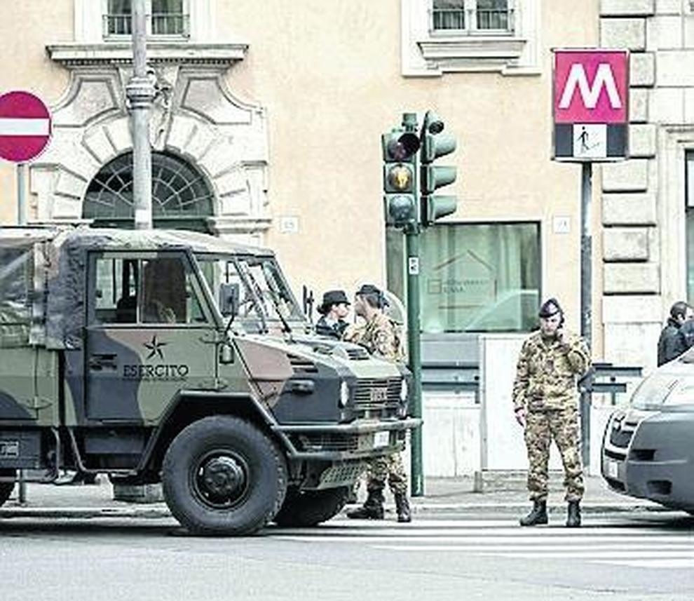 Roma militare si spara nel bagno della metro problemi - Nel bagno della scuola ...
