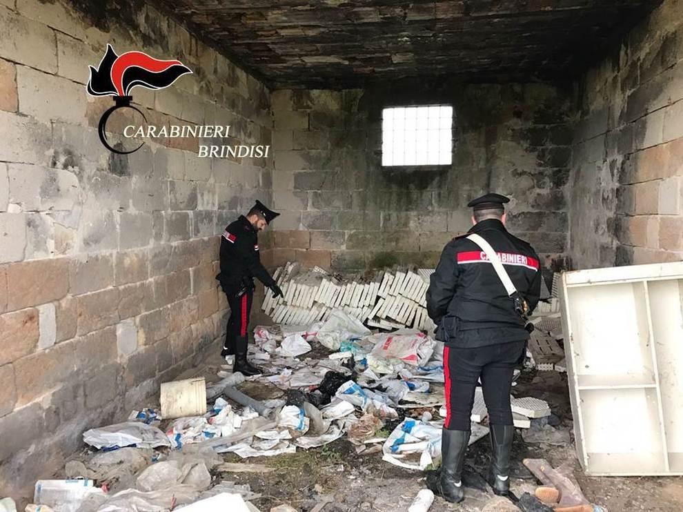 I carabinieri trovano un nascondiglio all 39 interno oggetti for All interno di una cabina