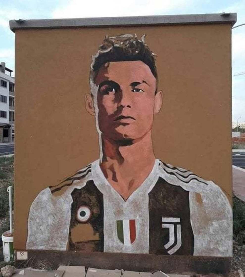 E Su Un Muro Della Citta Spunto Cristiano Ronaldo In Maglia Bianconera