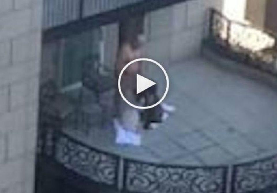 Sesso a tre sul balcone dell\'hotel di lusso, il video hot sul web