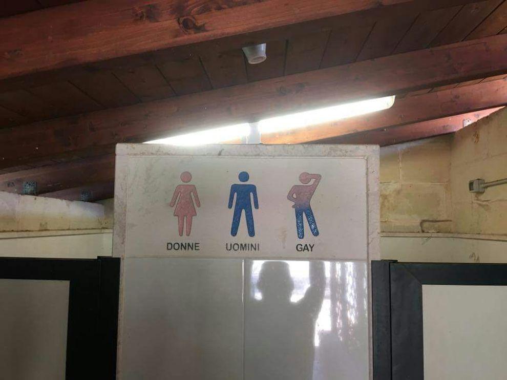 Sono Entrata Nel Bagno Degli Uomini : Uomini donne o gayu201d: polemica sul cartello nel bagno del b&b