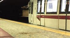 Roma, incastrata nelle porte della metro a Termini e trascinata: la donna ha fratture multipple