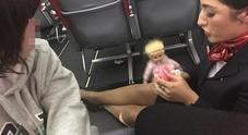 Imbarco negato a bimbo autistico: «Supplemento per la bambola». Chiamano la polizia, lui si sente male