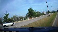 Auto taglia la strada, l'incidente (visto dal posto di guida) è impressionante