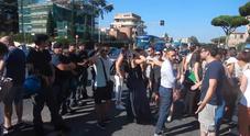 I manifestanti: «Disumano» Video