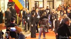 Video/ Pausini fuori dall'Ariston: selfie con i fan e cori da stadio
