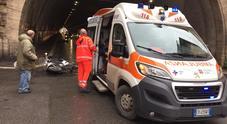 Roma, macchia d'olio sotto il Traforo: motorini scivolano e cadono, una donna in ospedale