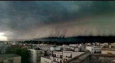 """Grandine, nubifragi e nuvole come onde giganti: """"tsunami"""" nel Brindisino. Divelto il tetto di un supermercato"""