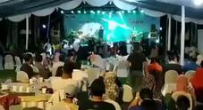 Tsunami in Indonesia, l'onda travolge il palco di un concerto rock