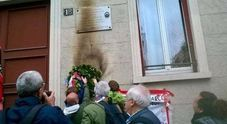 Bruciata la corona in memoria del partigiano Carlo Ciocca a Milano