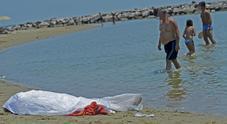 Va a fare giro al porticciolo e precipita in mare con la carrozzina: morta