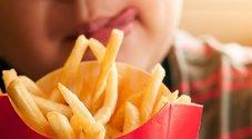 Dieta a base di salsicce e patatine per anni, ragazzo diventa cieco. «Carenze di vitamine»