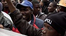Investe e uccide un migrante in bici, si ferma ma rischia il linciaggio: salvato dalla polizia