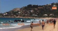 Sbarcano in mezzo a turisti su una spiaggia di Calpe Video