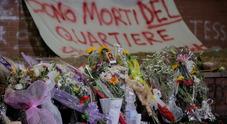 Gli abitanti del quartiere lasciano fiori sul luogo della tragedia