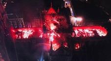 La cattedrale brucia, choc nel mondo