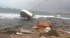 Maltempo, barche contro gli scogli e tir ribaltati in Salento