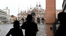 Venezia, acqua alta record: sommerso il 70% del centro storico, stop ai vaporetti
