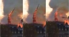 Notre-Dame, le immagini impressionanti del crollo della guglia