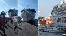 Venezia, nave da crociera contro battello e banchina. Quattro in ospedale, persone cadute in acqua. «Blackout dei comandi»