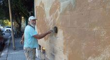 """Il muro della scuola è troppo sporco: il """"pittore"""" in pensione lo ripulisce per gli studenti"""