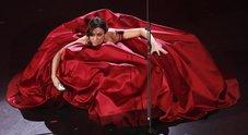 L'abito monumentale rosso fiammante Foto