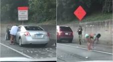 Piovono soldi in strada: automobilisti si fermano per raccoglierli