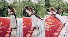 Un bacio, poi il volo su un tappeto di fiori: i due innamorati e il tuffo virale