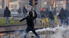 Napoli, guerriglia contro Salvini: città devastata dai centro sociali