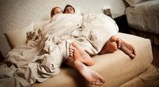Trova la moglie a letto con suo fratello: perde la testa e infilza la tv con un coltello