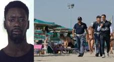 Jesolo, fermato un senegalese per lo stupro della 15enne in spiaggia. Salvini: «Aveva precedenti, assurdo»