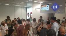 Easyjet cancella dopo 4 ore di ritardo il volo Roma-Nizza, rivolta dei passeggeri: hostess in fuga