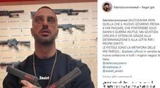 Corona, foto con due pistole: «Giustizia, ma non quella che il governo prova a far passare»