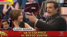 Flavio Insinna, nuovo attacco di Striscia: «Non solo i fuorionda, il conduttore aveva già usato parole violente contro le donne»