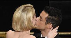 Rami Malek e il bacio appassionato a Lucy Boynton: l'amore nato sul set di Bohemian Rhapsody