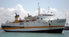 Bloccato traghetto di linea: il molo è occupato dall'Alex