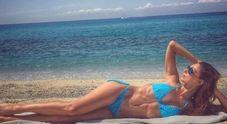 Anna Tatangelo, foto sexy dal mare