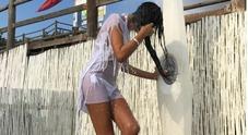 Pamela Prati, sexy doccia in spiaggia a quasi 60 anni