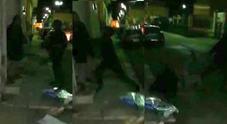 Baby gang sequestra in casa un anziano e lo picchia a morte