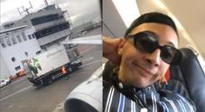 Incidente tra aereo e furgone a Linate, Ghali tra i passeggeri a bordo filma tutto: «Ci siamo scontrati col camion delle verdure»