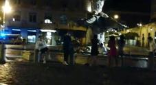 Roma, scempio in piazza Barberini: bagno di notte nella fontana del Bernini Video