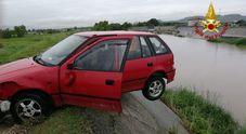 Incredibile incidente in Veneto, automobilista imprigionato nella vettura in bilico sul torrente