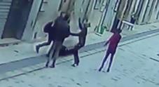 """Gay aggredito in strada dal """"branco"""" di minorenni: insulti, calci e pugni"""