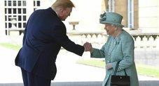 Insolita stretta di mano con la Regina