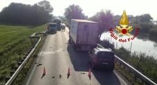 Moto contro auto sulla Jesolana, il centauro finisce nel fossato: morto sul colpo