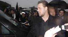 Accuse a Matt Damon e Russell Crowe: «Hanno insabbiato un'inchiesta sul produttore». Ma c'è la smentita