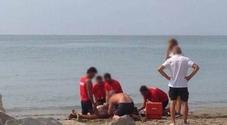 Muore sulla spiaggia a 50 anni, forse stroncato dal caldo