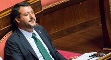 Salvini: «Governo finito per colpa dei no. A Mattarella chiedo il voto». E bacia il crocifisso in Aula