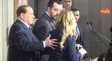 Berlusconi show al Quirinale: sposta la Meloni e si prende la scena