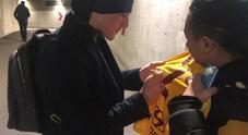 Zaniolo firma una maglia a un tifoso dopo la doppietta in Champions